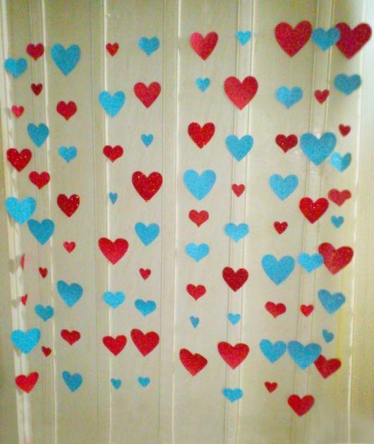 Como fazer coração de papel: cortina azul e vermelha