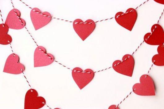 Coração de papel em varal