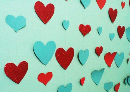 Coração de papel em decoração de parede