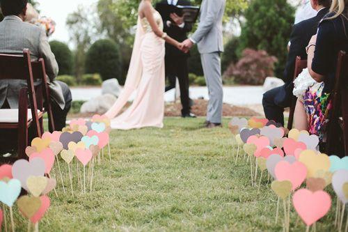 Coração de papel em decoração de casamento ao ar livre