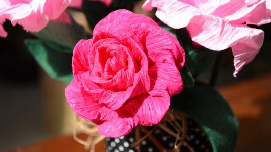 Como fazer flor de papel crepom pink