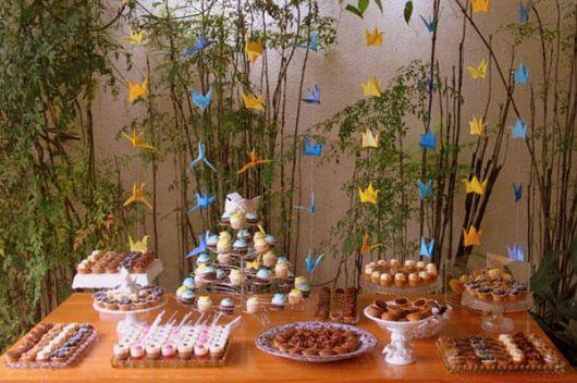 Decoração de festa com tsuru azul e amarelo