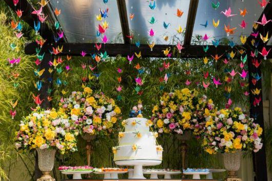 Decoração de festa com tsuru colorido