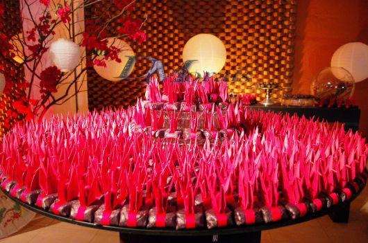 Decoração de festa com tsuru rosa
