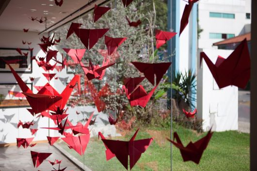 Decoração de Natal com tsuru vermelho
