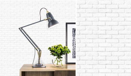 Papel de parede para escritório branco imitando tijolinhos para dar um aspecto mais rústico à decor