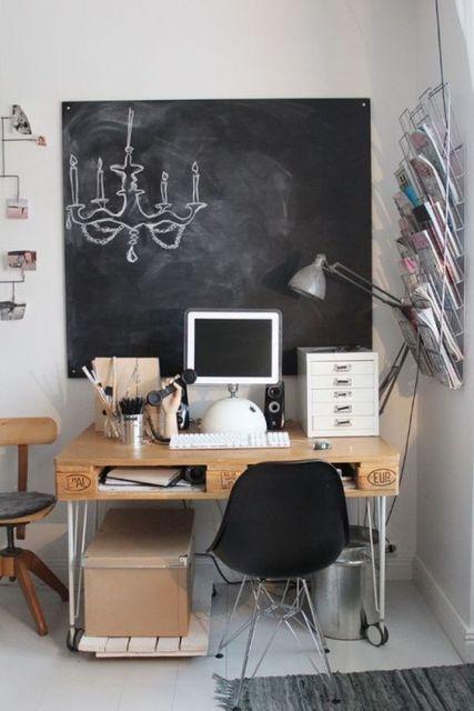 Quadro preto que funciona como papel de parede para escritório também
