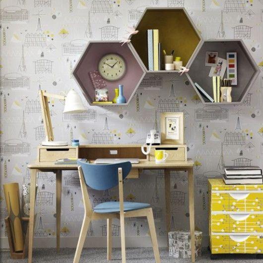 Papel de parede desenhado em cor neutra e detalhes em amarelo