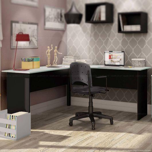 Uma mesa grande para quem precisa de muito espaço para trabalhar e estudar