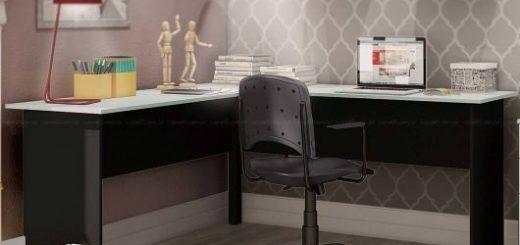 Escrivaninha preta de canto que se encaixa perfeitamente no estilo decorativo desse quarto