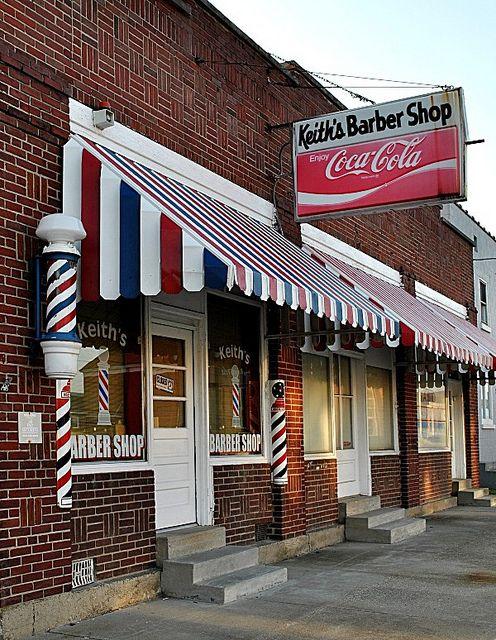 A fachada de tijolos e cores sempre faz sucesso em barbearias vintage