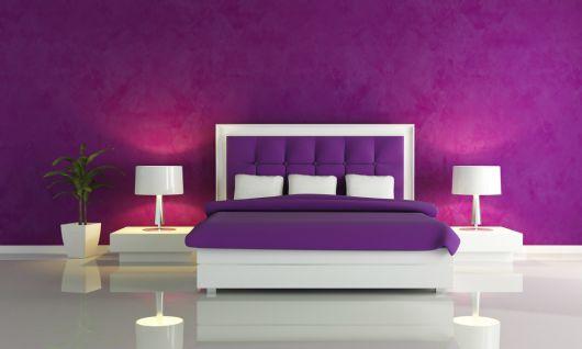 dicas para usar parede roxa na decoração