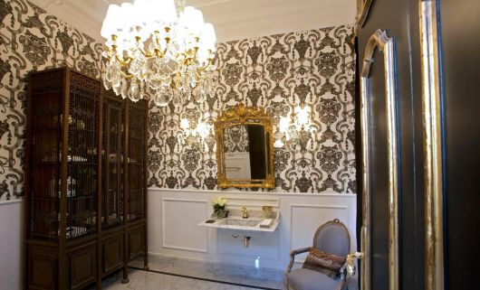 lavabo retrô com papel de parede chique