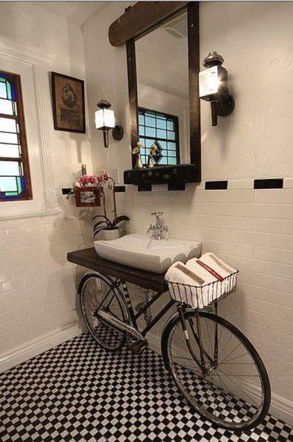 retro toilet com bicicleta reciclada