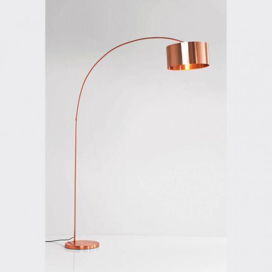 O modelo curvo de luminária de chão está na moda