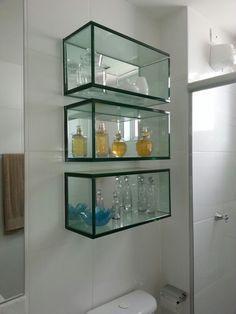 No banheiro, você pode colocar perfumes e demais cosméticos no nicho de vidro
