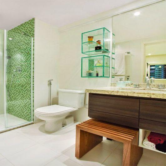 Nichos de vidro para organizar o banheiro