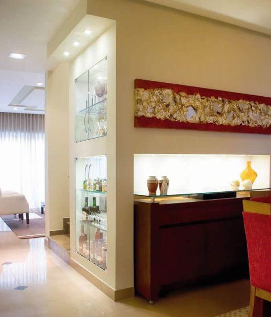 Que tal uma sala assim: nichos de vidro para dividir ambientes