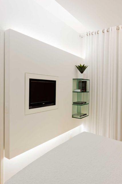 Sala moderna com nichos de vidro