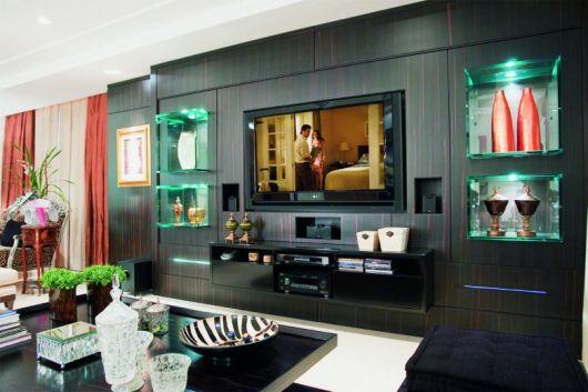 sala moderna com nichos de vidro nas laterais da TV