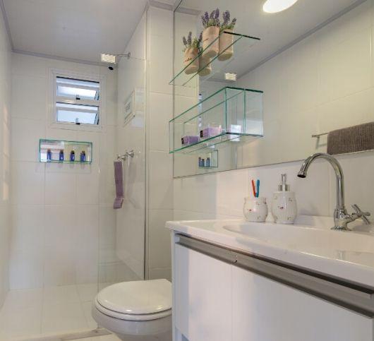Banheiro clean decorado com nicho de vidro