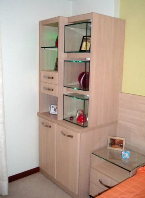 Que tal uma solução assim: nichos encaixados no armário
