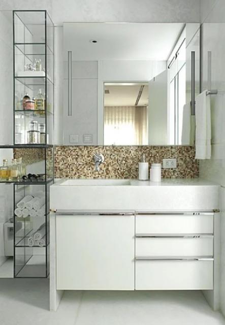 Nichos verticais de vidro para organizar seu banheiro