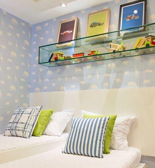 Nicho de vidro comprido para quarto infantil