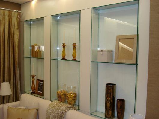 Outra sugestão para você apostar nos nichos de vidro na sala