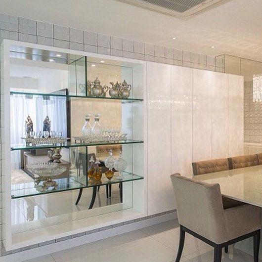 Sua sala de jantar também pode ser composta com nichos de vidro