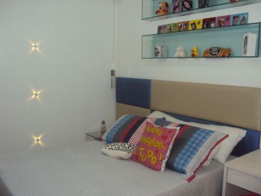 Dois nichos de vidro comprido para decorar o quarto