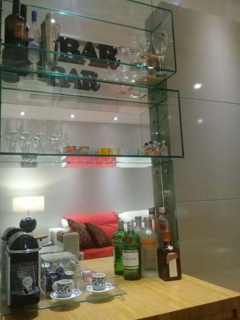 Modelo de bar para sua sala com nichos de vidro