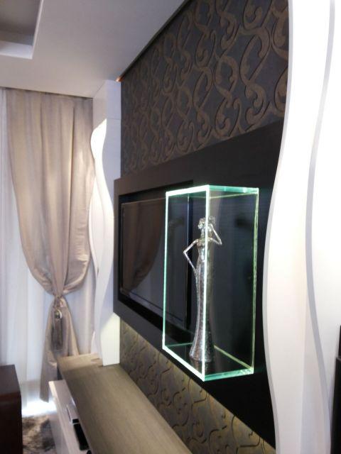 O nicho de vidro é ideal para colocar objetos decorativos