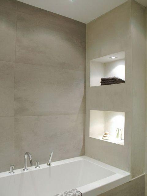 Pequenos nichos iluminados que servem como apoio para acessórios e incrementam a decoração