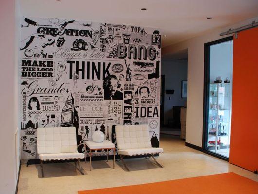 Papel de parede ousado com inspiração nos jornais e nas HQs