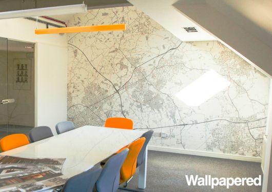 Um papel de parede para escritório com o mapa local