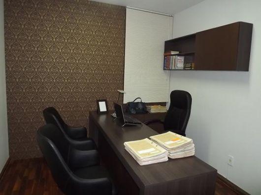 Papel de parede marrom combinando com os móveis em cores escuras