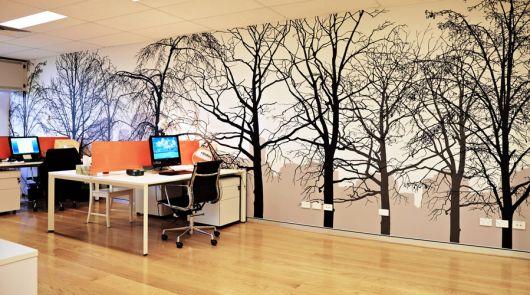 Árvores ao fundo para deixar seu escritório super moderno