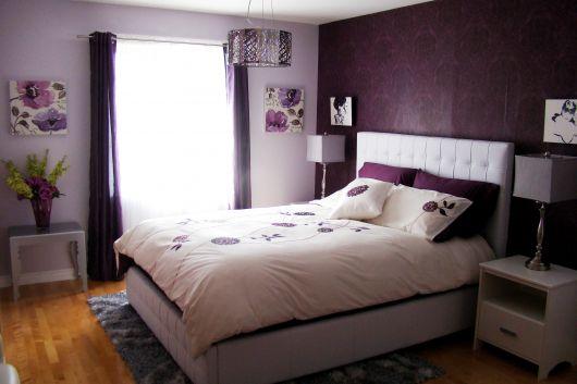 parede roxa com estampa em quarto
