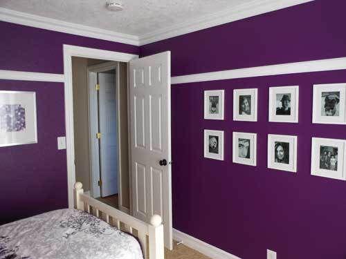 parede roxa com fotos em quarto