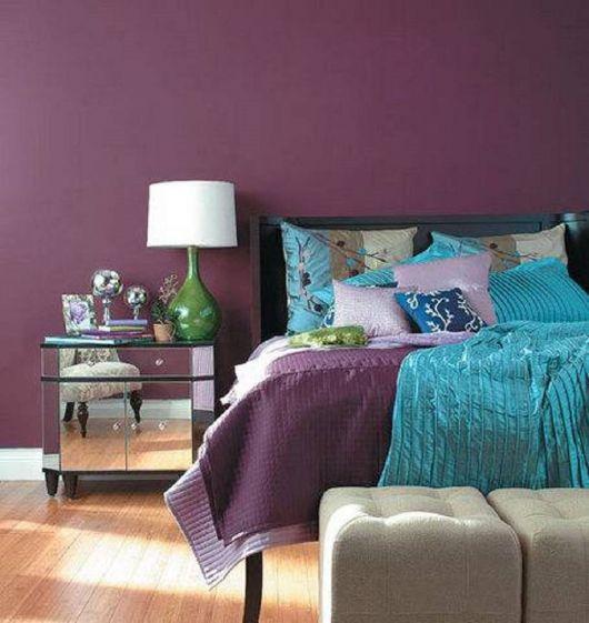 parede roxa com cama de casal