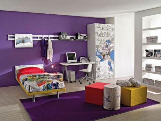 quarto de solteiro com parede roxa decorada