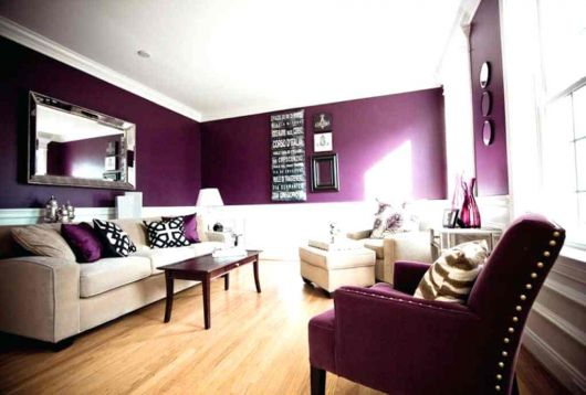 como combinar parede roxa com sala de estar