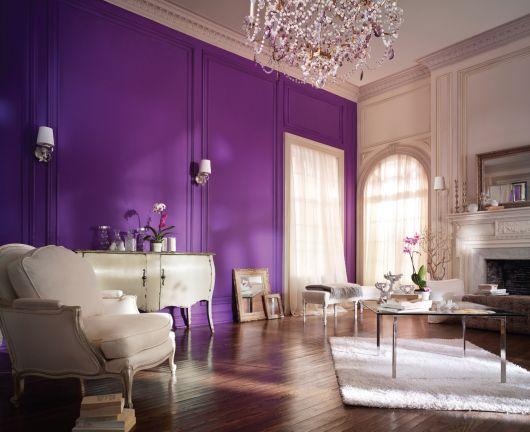 dicas para usar parede roxa na sala de estar