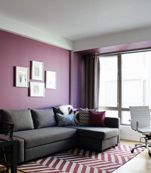 parede roxa em sala de estar clean