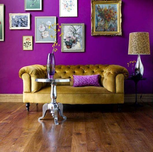 parede roxa em sala de estar vintage
