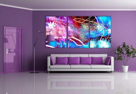 parede roxa com quadro em sala de estar