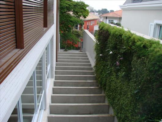 Pergolado de concreto no corredor
