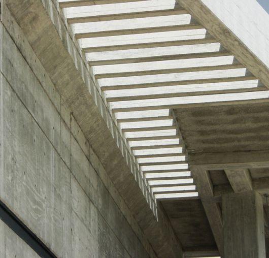 Os pergolados de concreto no muro são fáceis de serem instalados