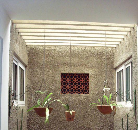 O pergolado também é ótimo para pendurar vasos com plantas